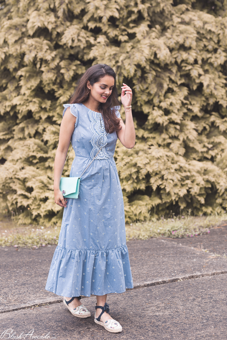 Look : robe longue et broderies anglaises