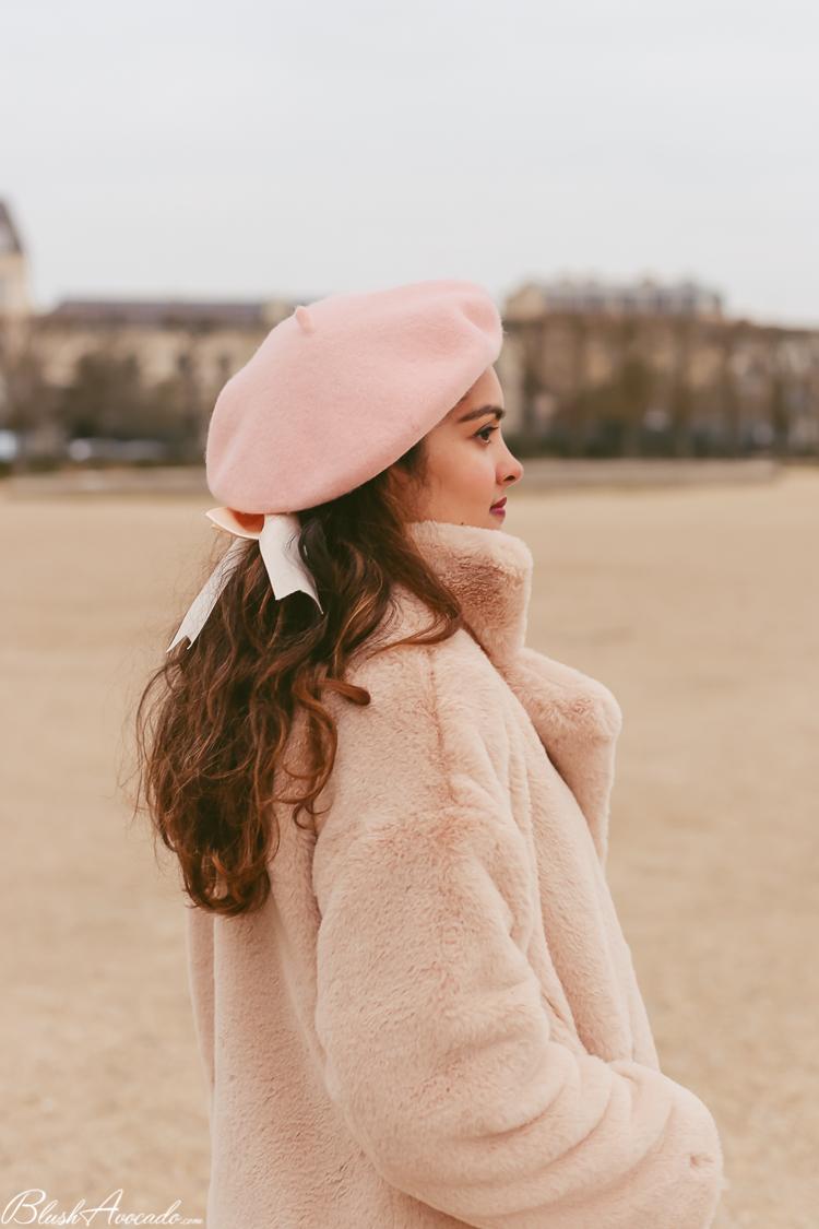 Rose et manteau fausse fourrure
